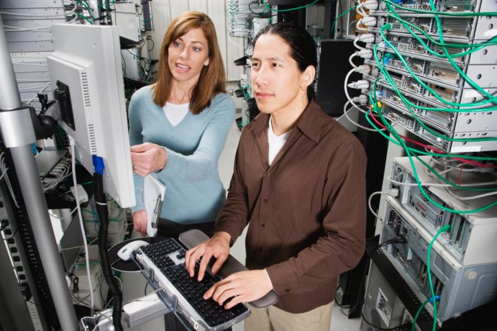 technicien informatique dans une salle de serveur